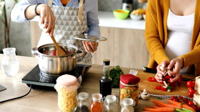 彼らの料理のために調理する友人 vlog - 放送点の映像素材/bロール