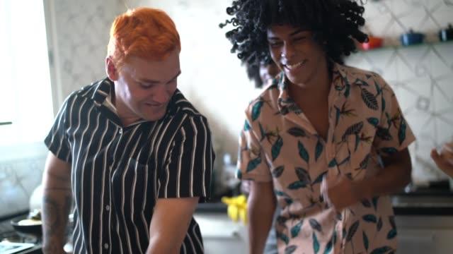 vídeos y material grabado en eventos de stock de amigos bailando y divirtiéndose en la cocina - evento social