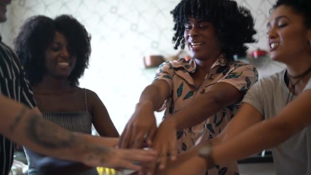 vídeos de stock, filmes e b-roll de amigos que dançam e que têm o divertimento na cozinha - na moda descrição