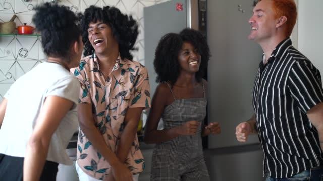 vídeos de stock, filmes e b-roll de amigos que dançam e que têm o divertimento na cozinha - cultura jovem