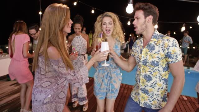 freunde, tanzen und toasten auf einer party am pool bei nacht - wickelkleid stock-videos und b-roll-filmmaterial