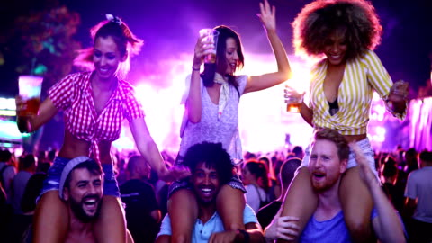 vänner dansa på en konsert. - musikfestival bildbanksvideor och videomaterial från bakom kulisserna