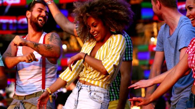 vídeos de stock, filmes e b-roll de amigos dançando em um show. - braço
