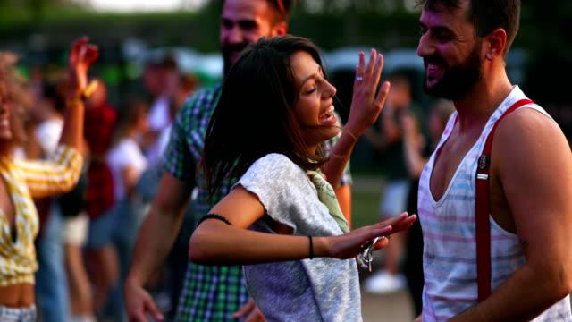 vídeos de stock e filmes b-roll de friends dancing at a concert. - romance