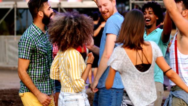 vídeos de stock, filmes e b-roll de amigos que dançam em um concerto. - festival de música