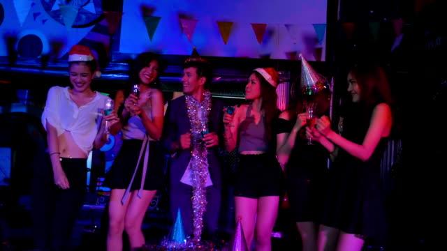 vidéos et rushes de amis, danser lors d'une fête et jetant des confettis en slow motion - party social event
