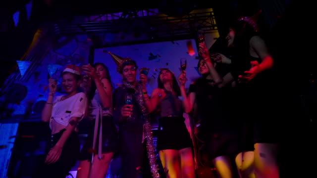 vidéos et rushes de amis, danser lors d'une fête en slow motion - party social event