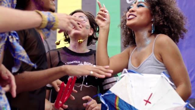 vídeos de stock e filmes b-roll de friends dancing at the brazilian street carnival - cultura sul americana