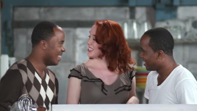 vídeos de stock e filmes b-roll de hd: amigos, dançar na cozinha - três pessoas