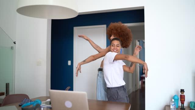vídeos de stock, filmes e b-roll de amigos dançando em uma chamada de vídeo em casa - usando laptop - dancing