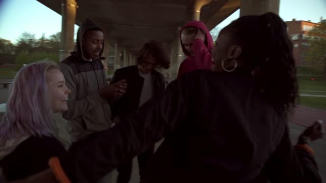 stockvideo's en b-roll-footage met friends dancing on footpath - shirt met capuchon