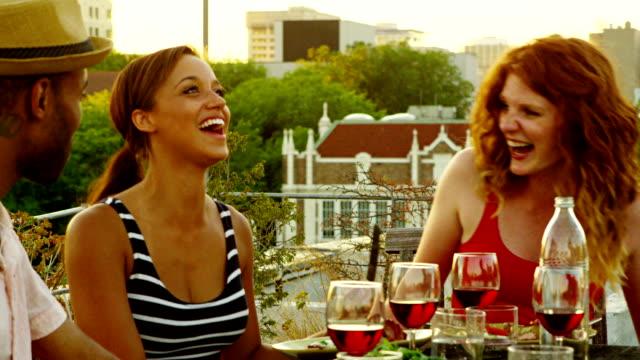 vídeos y material grabado en eventos de stock de amigos en la terraza en el último piso del edificio - tejado