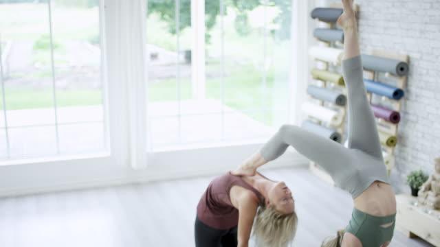vídeos de stock, filmes e b-roll de amigos fazendo yoga - boa postura
