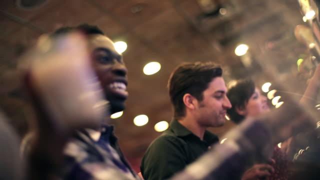 vídeos y material grabado en eventos de stock de friends drink in vegas casino and crank slot machines in a row - máquina con ranura