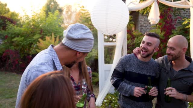 Freunde tranken und lachten auf party
