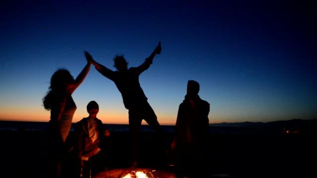 Vänner som dricker öl på stranden Bonfire