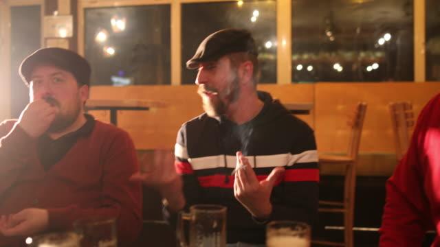 パブでビールを飲む友人 - 喫煙問題点の映像素材/bロール