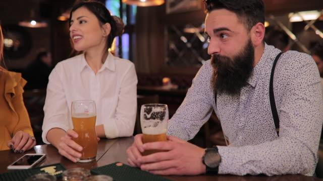 パブでビールを飲む友人 - bar点の映像素材/bロール