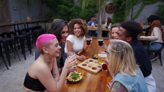 vídeos de stock, filmes e b-roll de amigos bebendo cerveja em pub - lanche