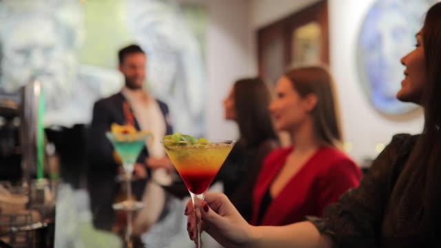 vídeos de stock e filmes b-roll de friends drinking cocktails at the bar - depois do trabalho