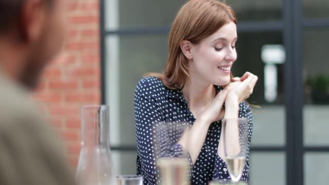 vídeos y material grabado en eventos de stock de friends eating a meal outdoors - anfitriona de la fiesta