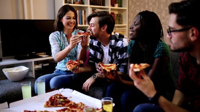Freunde zu Hause zusammen Pizza essen