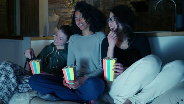 vídeos y material grabado en eventos de stock de friends eating popcorn - palomitas