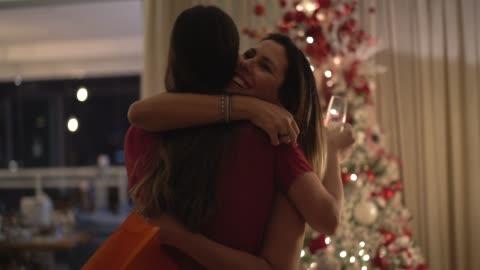 vídeos de stock e filmes b-roll de friends embracing exchanging the christmas presents - amigo secreto - christmas