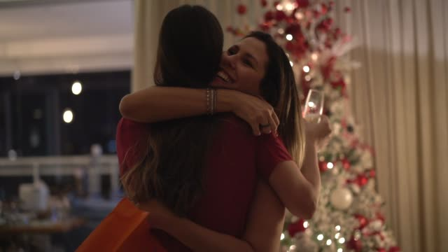 friends embracing exchanging the christmas presents - amigo secreto - stringere tenere video stock e b–roll