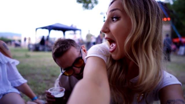 stockvideo's en b-roll-footage met vrienden genieten van een dag in het park - concert