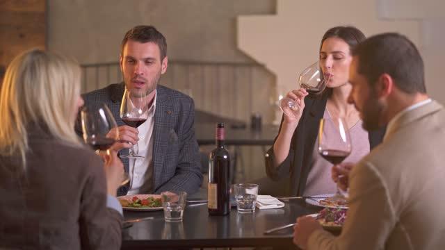 vídeos de stock, filmes e b-roll de amigos desfrutando de uma taça de vinho - vestuário de trabalho formal