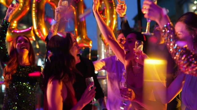 vidéos et rushes de amis de profiter d'une soirée - danser le disco