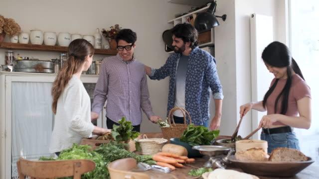 amici che si godono un pasto vegano, salutano gli amici invitati a cena. - ospite video stock e b–roll