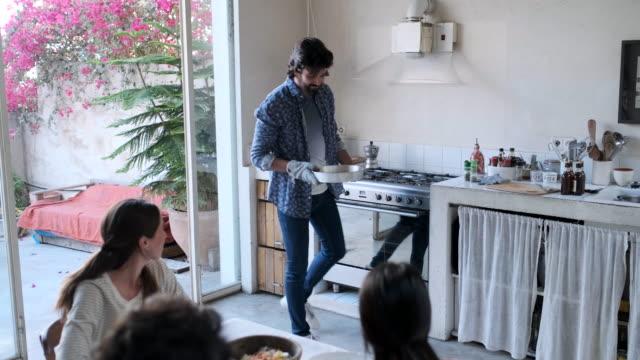 vídeos y material grabado en eventos de stock de amigos disfrutando de una comida vegana - al horno