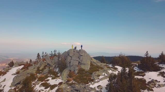 freunde genießen auf dem berggipfel - zuletzt stock-videos und b-roll-filmmaterial
