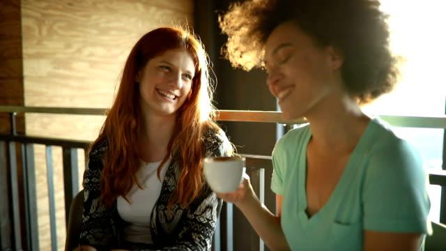 vídeos de stock, filmes e b-roll de amigos, desfrutando de café no café - xícara de café