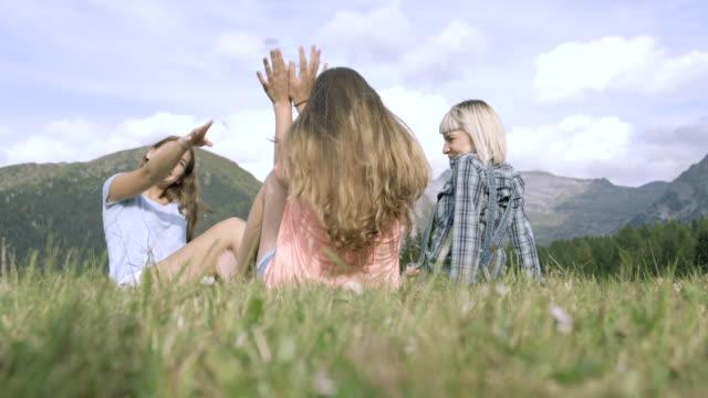 vidéos et rushes de friends enjoying countryside - three people