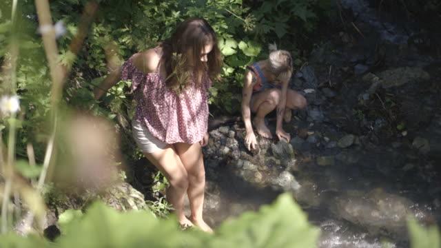 friends enjoying countryside - 北チロル点の映像素材/bロール
