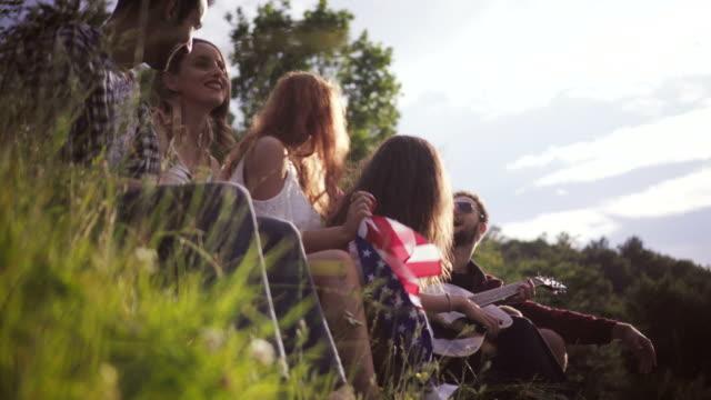 vídeos de stock, filmes e b-roll de amigos, apreciar a música - cinco pessoas