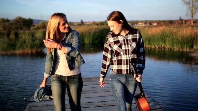 Vrienden genieten van muziek