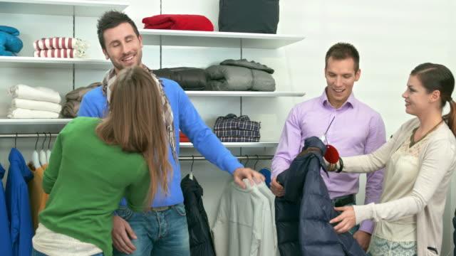 HD DOLLY: Freunde genießen die Einkaufsmöglichkeiten In einer Boutique