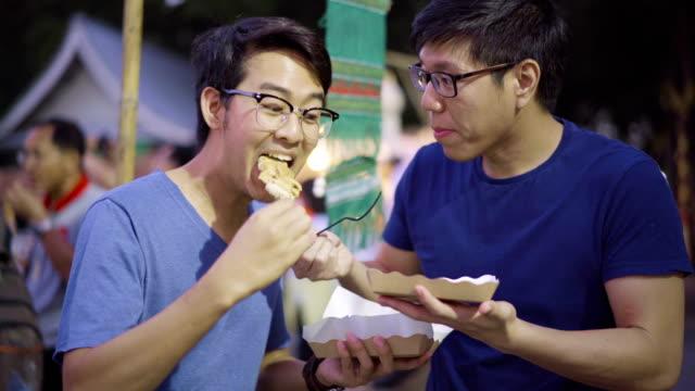 Freunde tauschen ihre Lebensmittel in Street Night Market