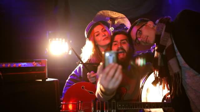 Freunde vom Band nehmen selfie