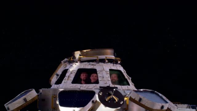 freunde grüßt von einer raumstation im orbit - stapellauf stock-videos und b-roll-filmmaterial