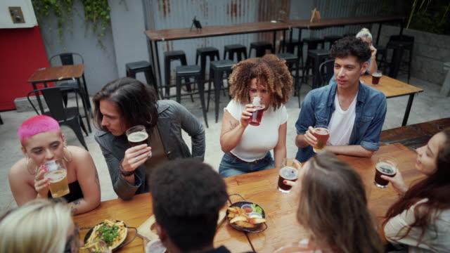 vídeos de stock, filmes e b-roll de amigos saindo depois do trabalho em um pub - afro