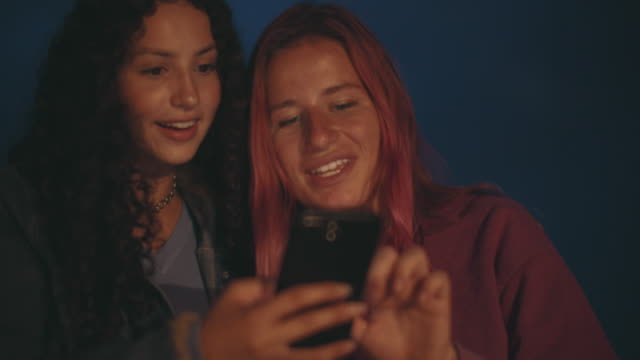 cu sm friends hanging out at night - teenage girls stock videos & royalty-free footage