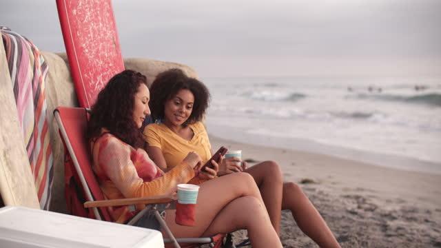 vídeos y material grabado en eventos de stock de friends hanging out at the beach - amistad femenina