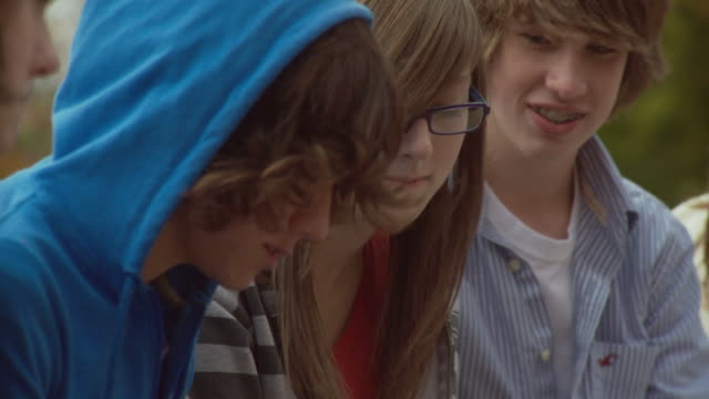 vídeos de stock e filmes b-roll de cu friends (15-17) hanging out, photo messaging, cazenovia, new york, usa - grupo de adolescentes