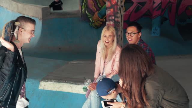 vídeos de stock, filmes e b-roll de friends hanging out/ warszawa/ poland - inclinação