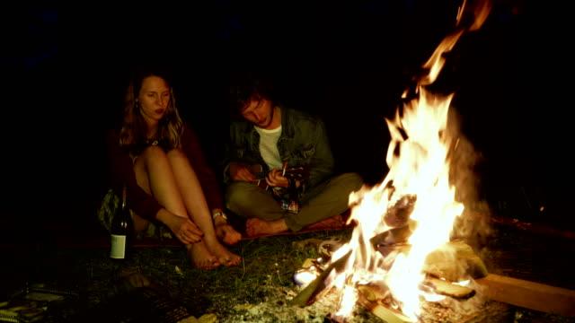 vídeos de stock e filmes b-roll de friends have picnic in the forest - fogueira de acampamento